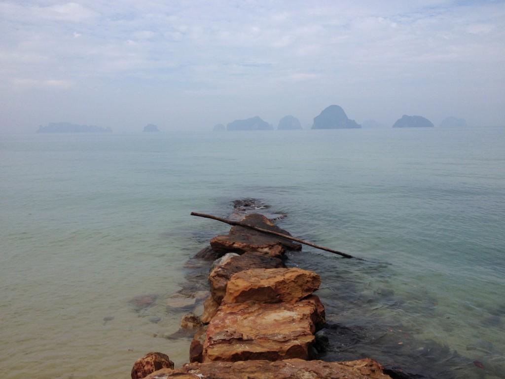 Steinweg ins Meer auf dem Tub Keak Beach