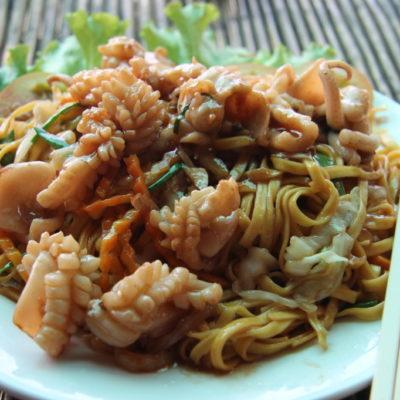 """""""Stir-fried noodles with squid"""" auf dem Krabbenmarkt in Kep"""