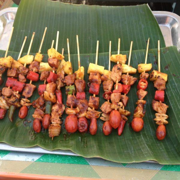 Straßenfest in Krabi - Die bunten Fleischspieße sind feuerscharf!