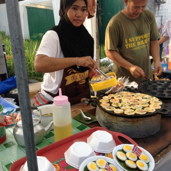 Straßenfest in Krabi - Thai Eierkuchen mit Meeresfrüchten