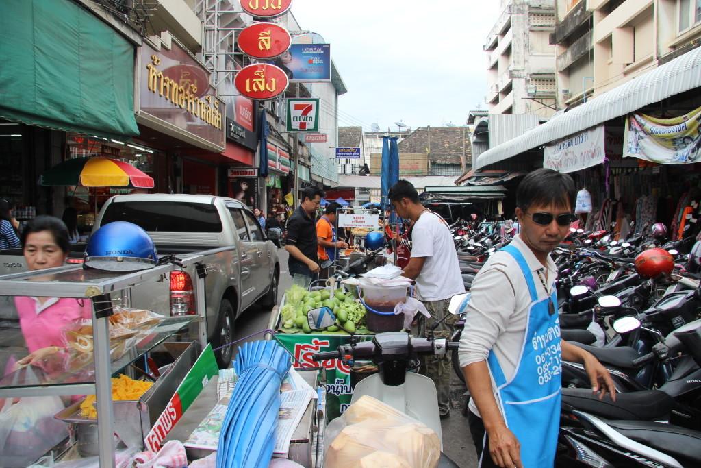 Straßenverkauf und buntes Gewusel am Warorot Market - Guard Luang in Chiang Mai