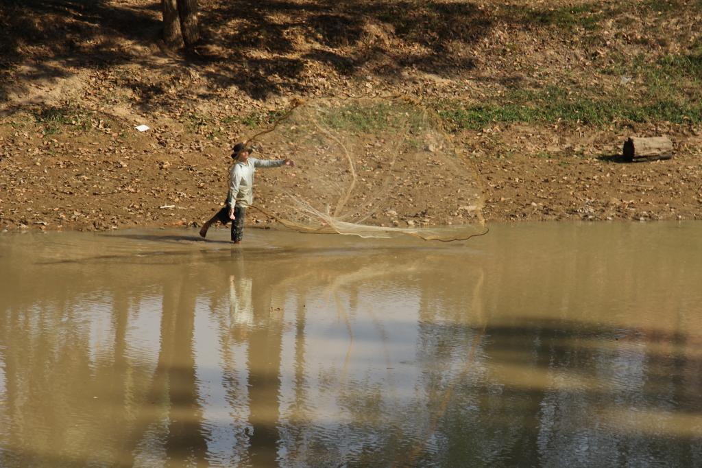 Stung Seam Reap - Fischen nach Rohstoffen im Siem-Reap-Fluss