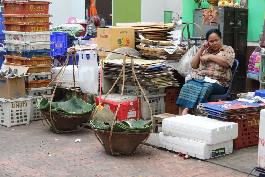 Tha Tian Market - Telefonieren gegen Langeweile