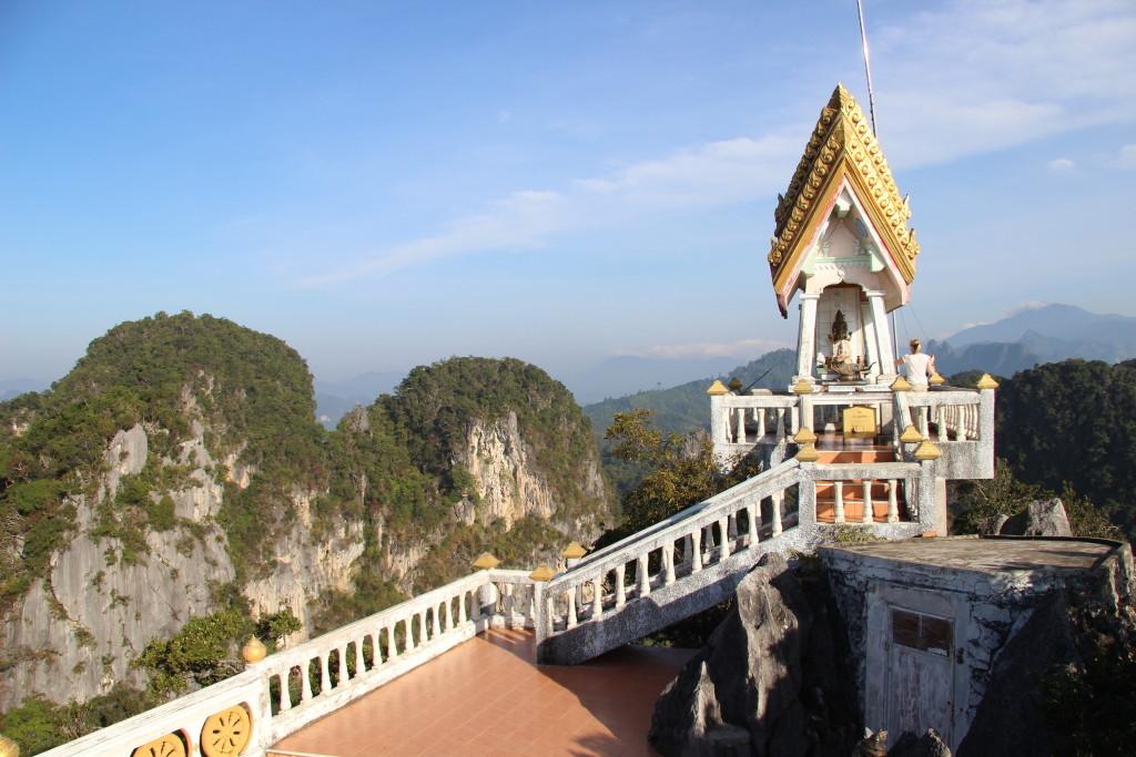 Tolle Aussicht auf Spitze des Tiger Cave Temple (Wat Tham Suea)