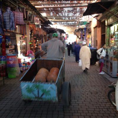 Transportkarren in den Gassen von Medina