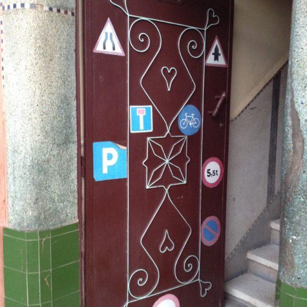 Tür mit Verkehrszeichen