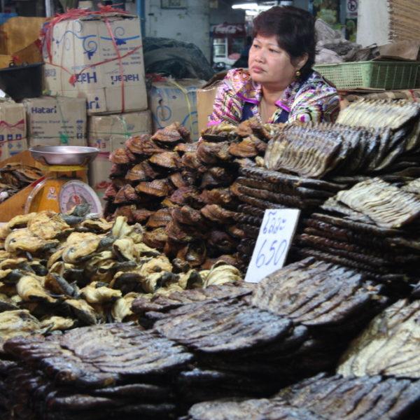 Warorot Market - Guard Luang: Stand mit getrockneten Fischen