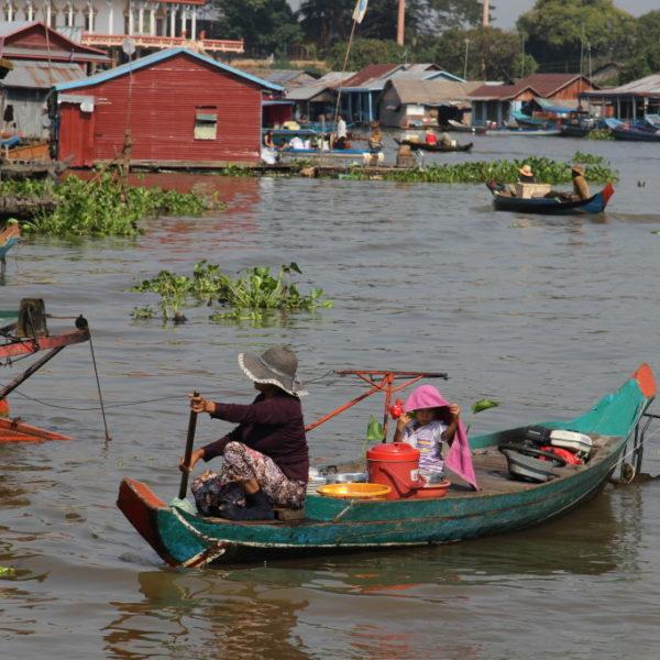 Wasserstraße in einem Dorf auf Stelzen im Mekong - Boot statt Auto