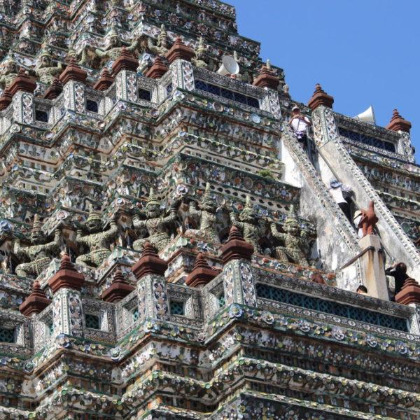 Wat Arun - Steile Stufen müssen überwunden werden ehe die Spiete erreicht ist. Der Tempel der Morgenröte wird auch Wat Chaeng genannt.