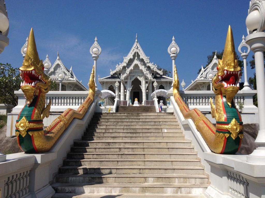 Wat Kaew Korawaram - Drachen vor dem weißen Tempel