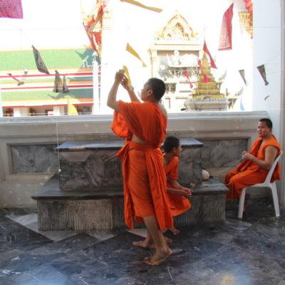 Wat Pho Kaew - Mönche wickeln Baumwollfäden auf. Bei Zeremonien greift jeder nach einem Faden, sodass alle miteinander verbunden sind.