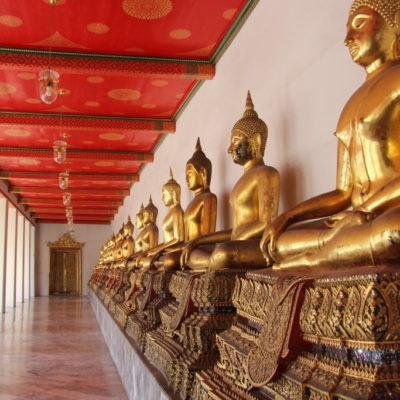 Wat Pho - Säulengang mit Buddha-Statuen