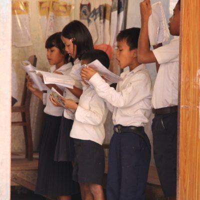 Wat Svai - Schulkinder lesen vorne vor