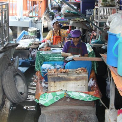 Wat Talingchan Floating Market - Fische fangen, grillen, verkaufen aus dem Boot
