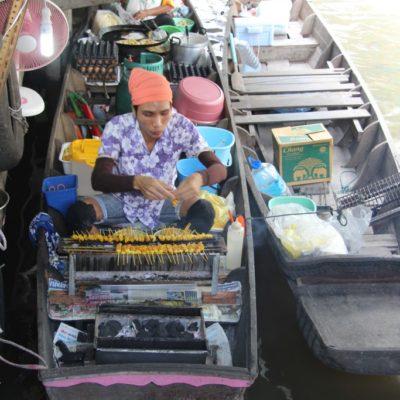 Wat Talingchan Floating Market - Fischspieße werden auf dem Boot gegrillt
