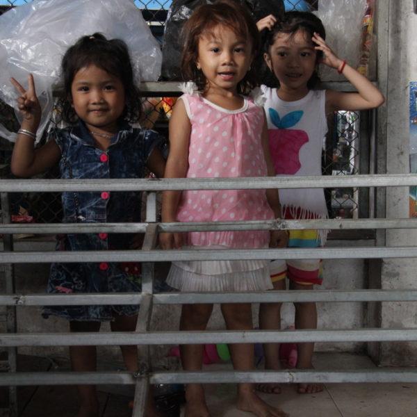 Winkende Kinder auf dem Markt in Sihanoukville