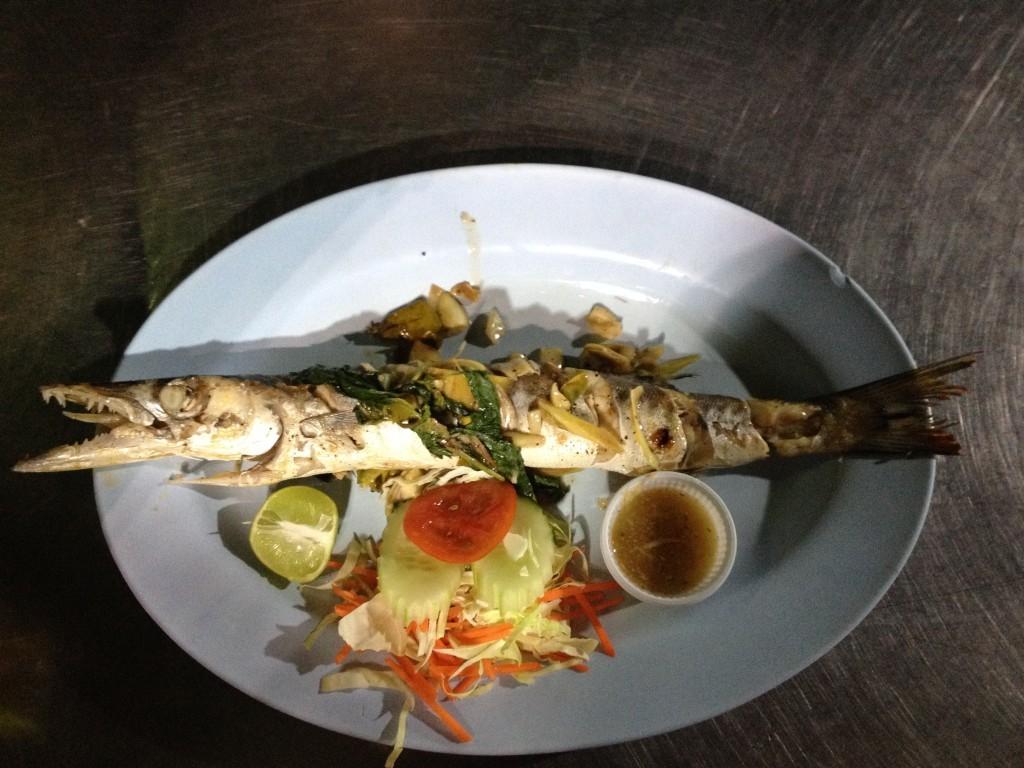 Baracuda frisch gegrillt auf dem Fischmarkt in Krabi Stadt