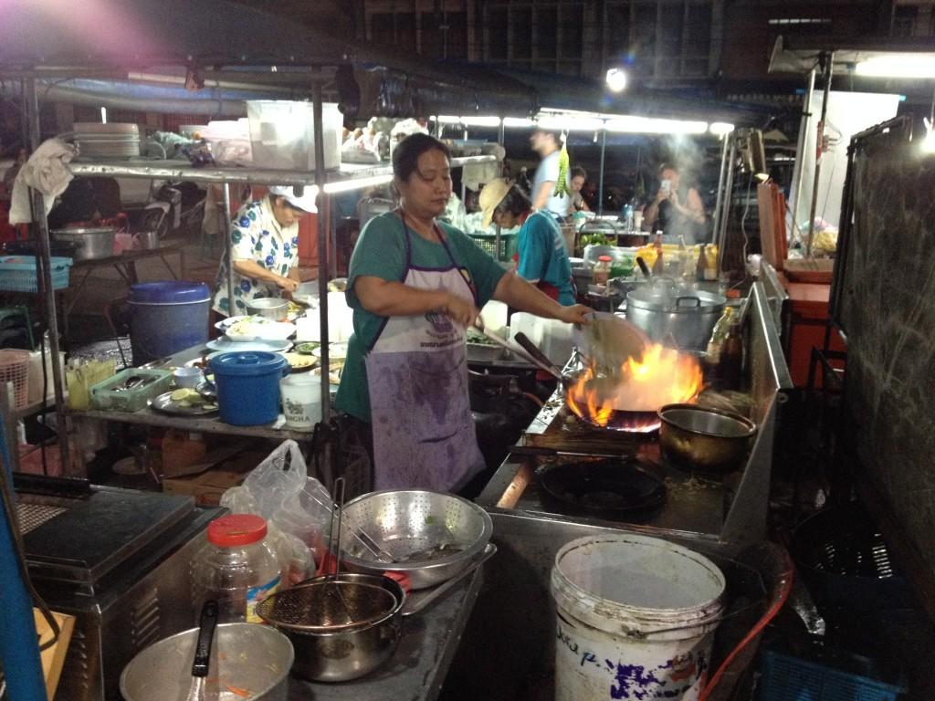 Fischmarkt von Krabi - Bei offener Flamme wird der frische Fang zubereitet