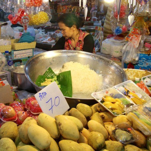 Früchte und klebrig-süßer Pappreis - Marktstand in Chiang Mai