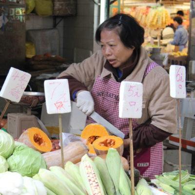 Gemüsefrau auf dem Markt von Macau