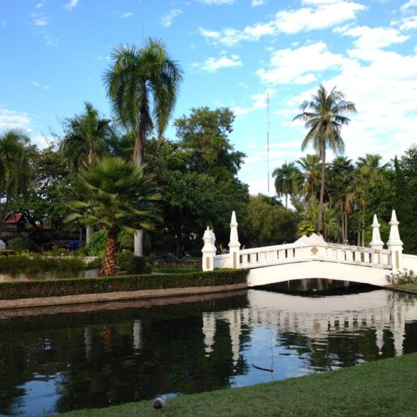 Suan Buak Haad Park - Brücke über den Bach