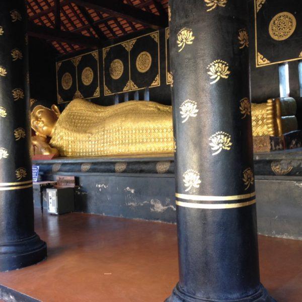 Westlich vom grossen Chedi findet man noch einen recht grossen ruhenden Buddha, der aus der Zeit von König Kaeo stammen soll.