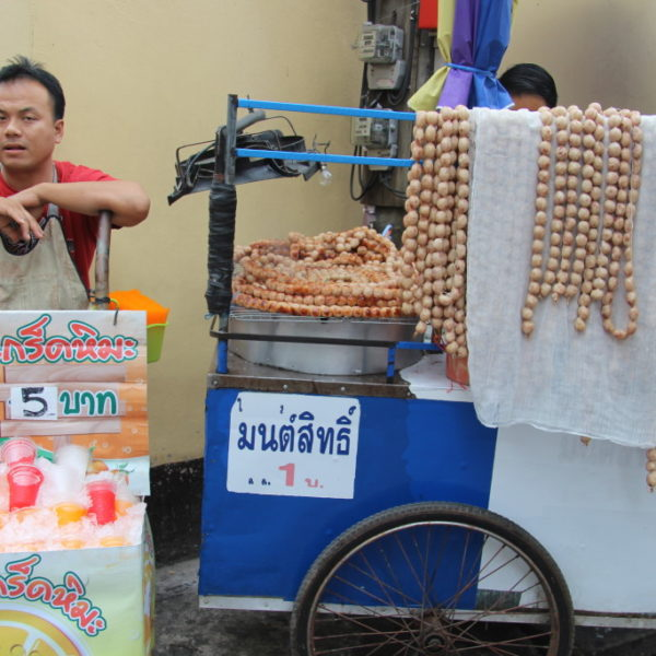 Würstchenkette & Crashed Iced Tea - Beliebtes Fastfood in Chiang Mai