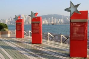 Avenue of Stars - Die Inschriften auf den neun Säulen informieren über die mehr als 100 Jahre lange Filmgeschichte Hongkongs.