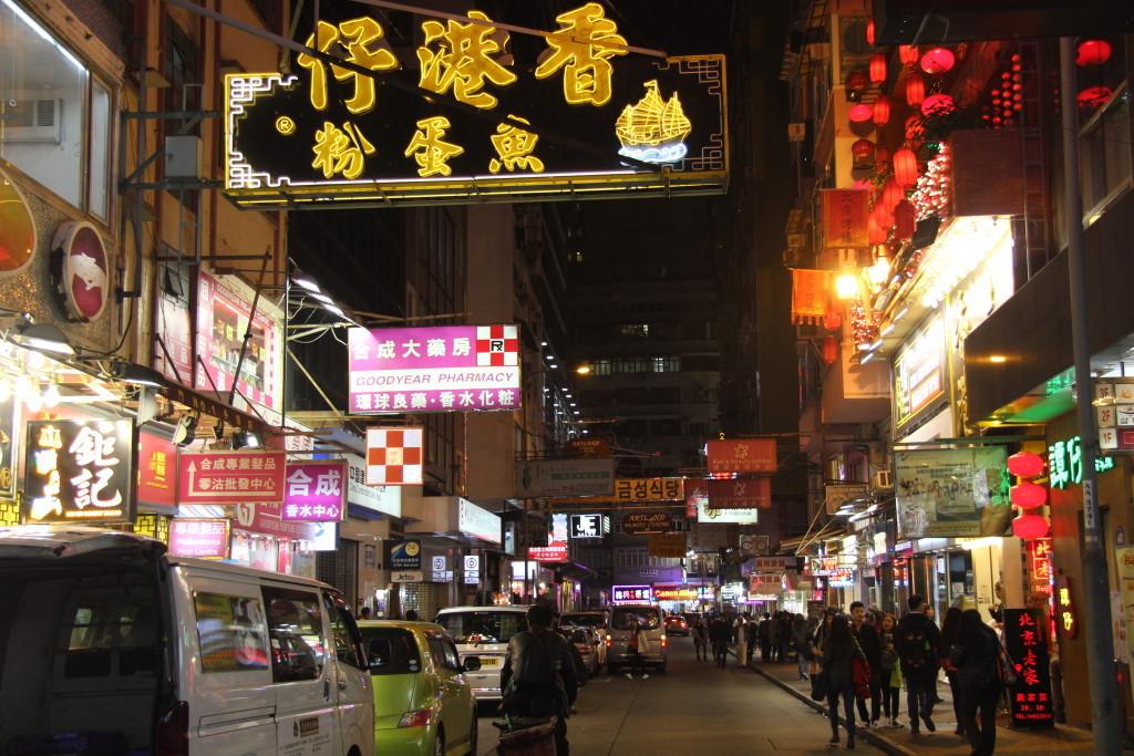 Bunte Leuchtreklamen in Kowloon bei Nacht