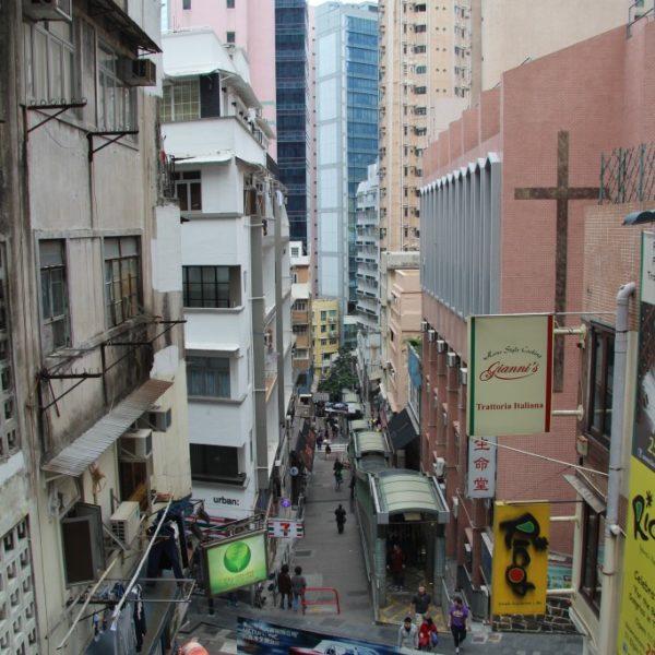 Der Central Escalator ist es das längste überdachte außenstehende Rolltreppensystem der Welt. Es verbindet die Stadtteile Central und Mid-Levels auf Hong Kong Island miteinander.
