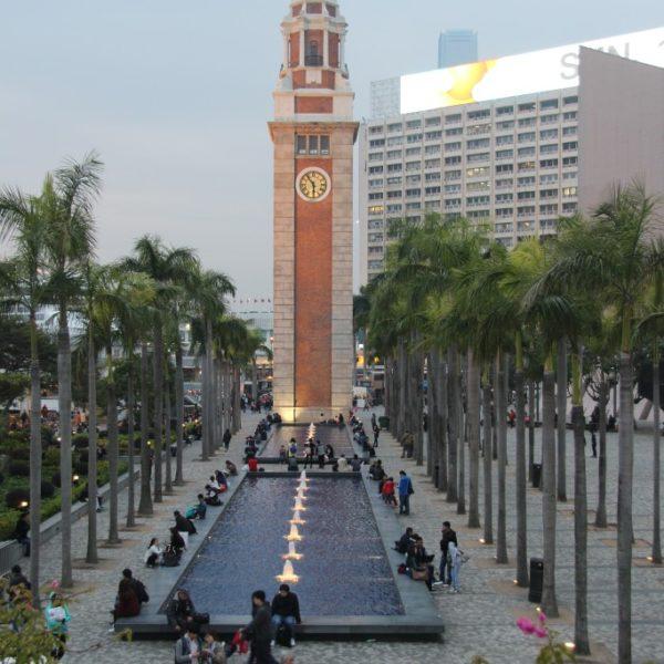 Der Clock Tower am Südufer von Tsim Sha Tsui ist das einzige Überbleibsel des ehemaligen Kowloon-Canton Bahnhofs und erinnert an die Epoche der Dampfkraft.