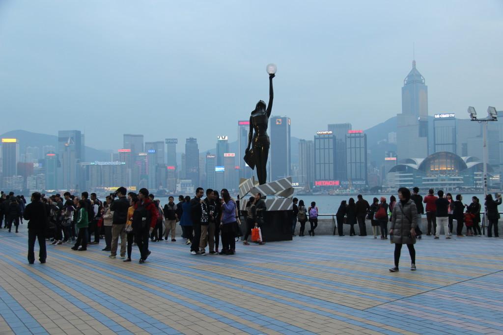 Avenue of Stars vor dem Panorama von Hongkong