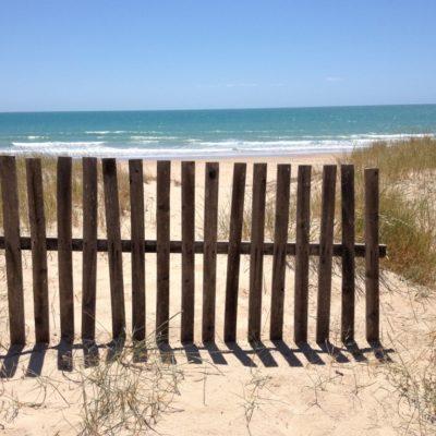 Kleiner Holzzaun an der Playa la Barrossa in Chiclana de la Frontera