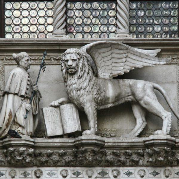 Porta della Carta, Der Doge vor dem Markuslöwen