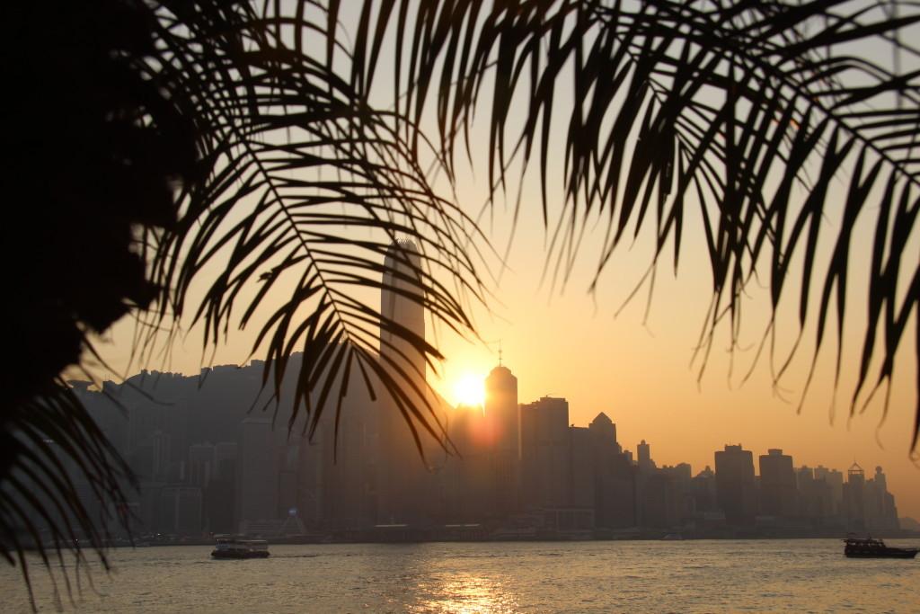 Panoramablick vom Kowloon Pier: Die Sonne versinkt hinter der Skyline von Hong Kong Island