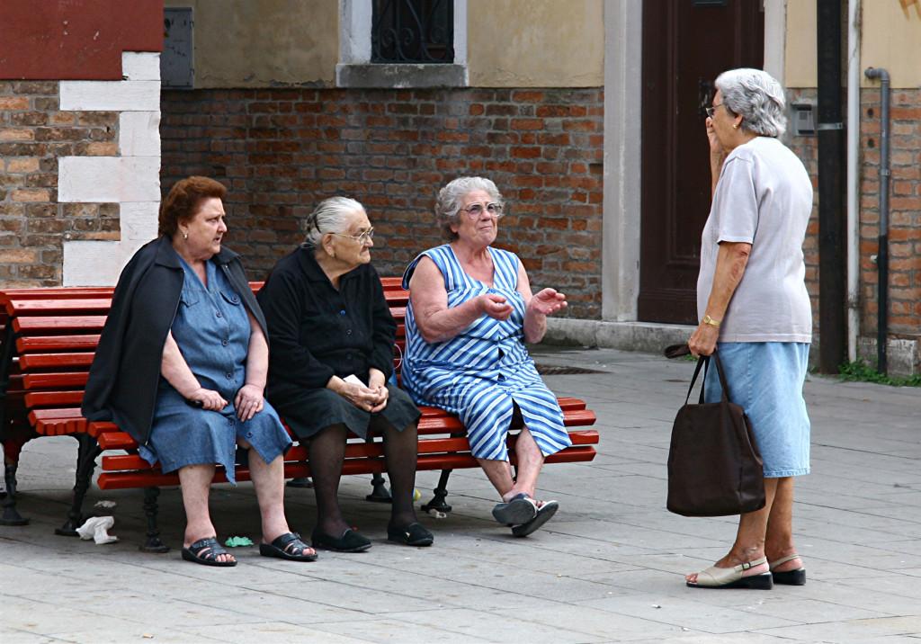 Venezianische Hausfrauen tauchen den neuesten Klautsch aus