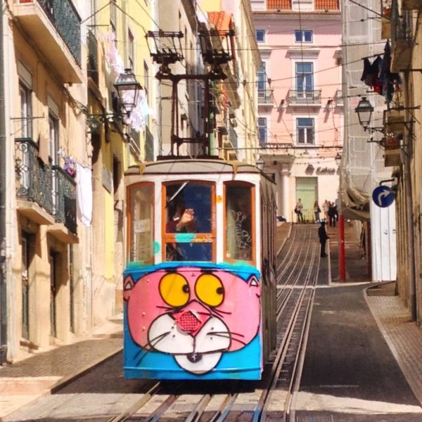 Ascensor da Bica mit Pink Panther Graffiti - Wer hat an der Uhr gedreht?