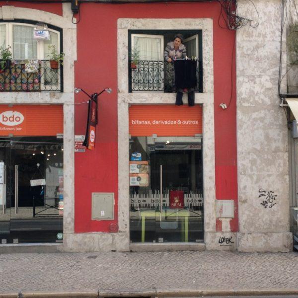 Die Frau am Fenster im Stadtteil Bica