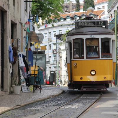 Gelbe Tram in den Straßen von Lissabon