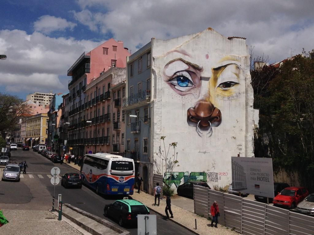 Haus-Graffiti auf der Rua de São Bento gegenüber der Assembleia da República