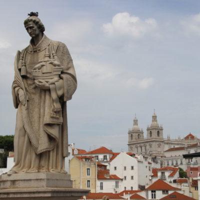 St. Vincent Statue (Stadtpatron)  auf dem  Miradouro Portas do Sol mit Blick auf den Stadtteil Alfama