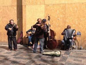 Musiker vor dem Grand Hotel Europa verwandeln den Wenzelsplatz in eine große Open Air Bühne