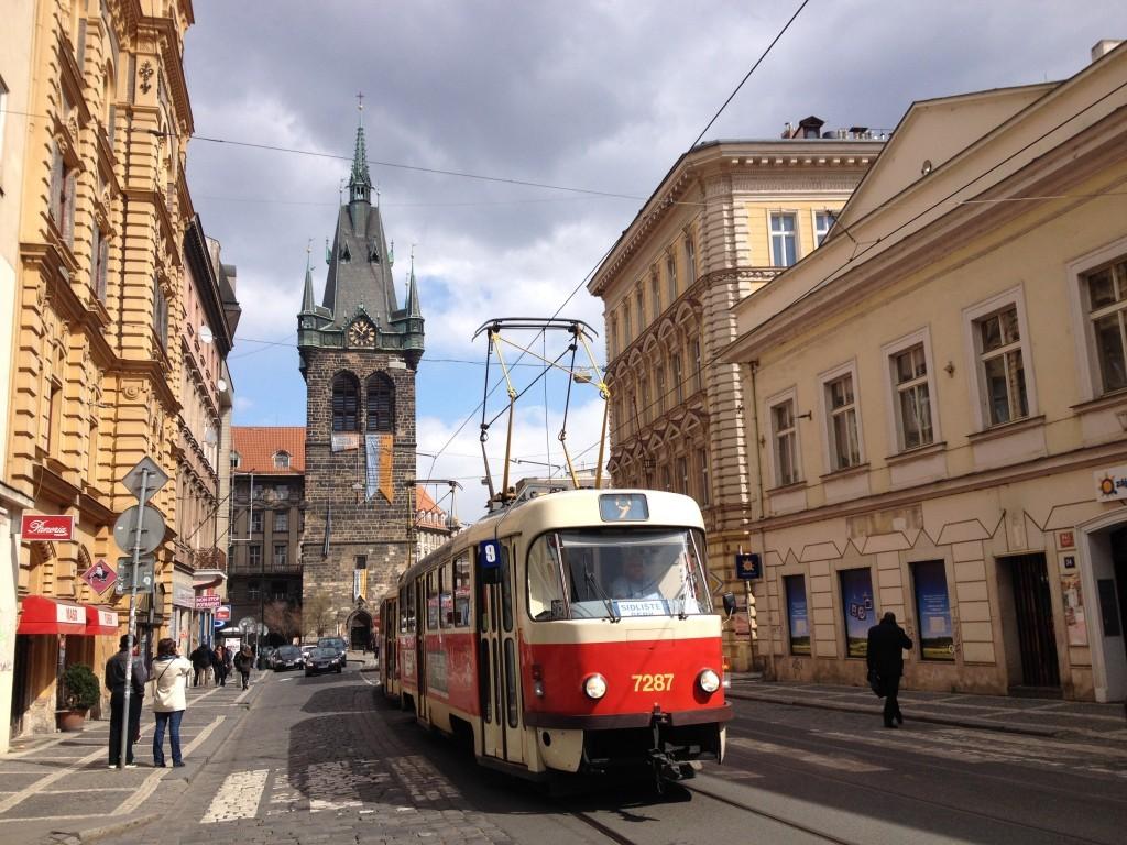 Straßenbahn vor dem Heinrichsturm - Jindřišská věž