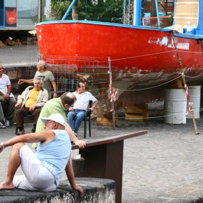 Männer im Hafen von Puerto de la Cruz