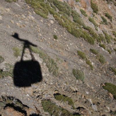 Schatten einer Gondel der Teide-Seilbahn im Teide-Nationalpark, Teneriffa, Kanarische Inseln, auf den höchsten Vulkan Spaniens