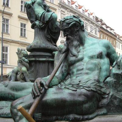 Donnerbrunnen - Der alter Fährmann symbolisiert die Enns als wichtige Verkehrsstrecke in den Alpen