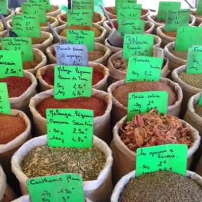 Gewürze auf dem Markt in Orange