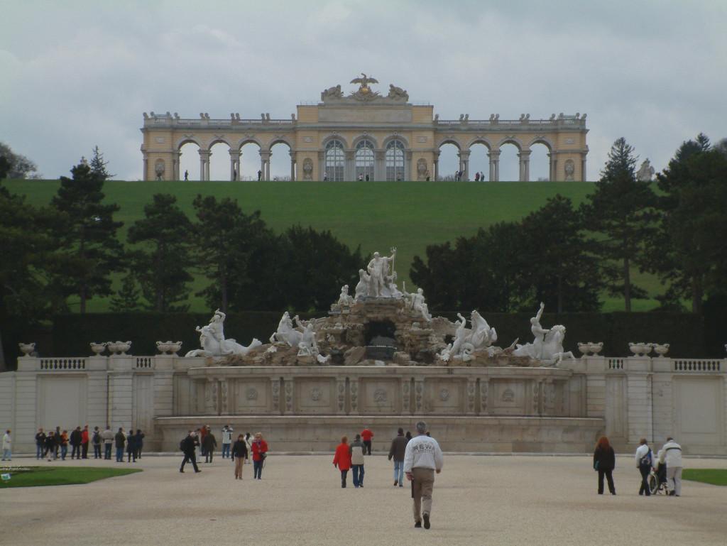 Gloriette und Neptunbrunnen im Schlosspark Schönbrunn