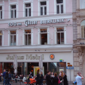 Gösser Beirklinik in 100 m - Hinweis am Julius Meinl Gebäude am Graben