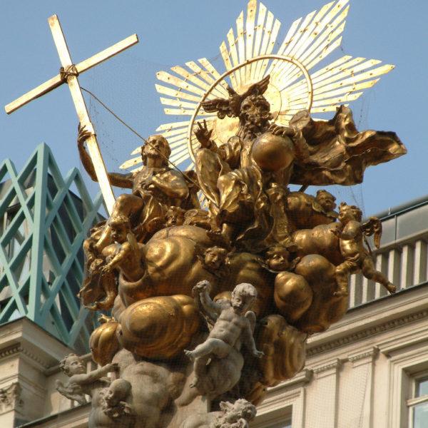 Goldene Spitze der Pestsäule am Graben